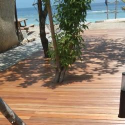 lantai decking sekitar pantai